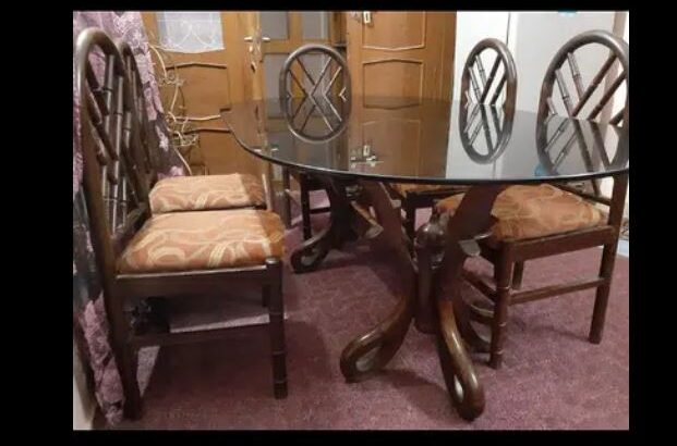Dining table good condition of